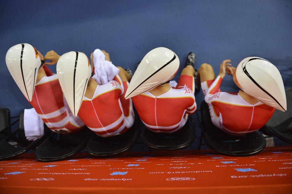 3.WIELKA BRYTANIA, Londyn, 3 sierpnia 2012: Duńczycy Lasse Norman Hansen, Michael Morkov, Rasmus Christian i Casper von Flosach, przygotowują się do startu w   wyścigu drużynowym na dochodzenie. AFP PHOTO / ODD ANDERSEN