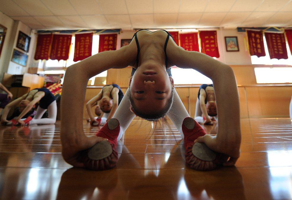 3.CHINY, Hefei, 1 sierpnia 2012: Grupa dziewczynek uczestniczących w letnim kursie baletu. AFP PHOTO