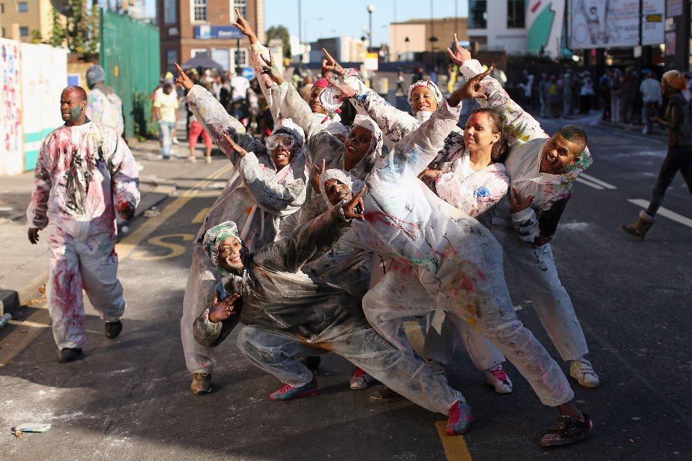3.WIELKA BRYTANIA, Londyn, 26 sierpnia 2012: Grupa przyjaciół uczestnicząca w zabawie w Notting Hill. (Foto: Oli Scarff/Getty Images)