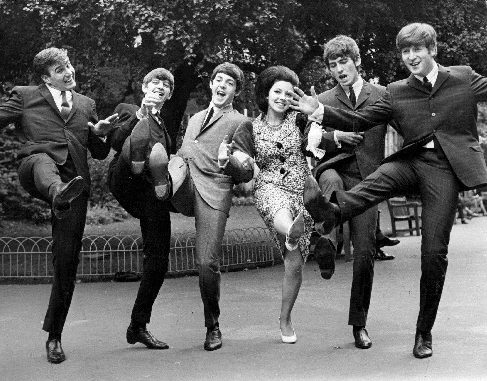 """3.WIELKA BRYTANIA, 11 września 1963: Zwycięzcy głosowania magazynu """"Melody Maker"""". Od lewej:  Billy J Kramer (zwycięzca w kategorii """"Największa nadzieja roku   1963""""); The Beatles (zwycięzcy w kategorii """"Najlepsza grupa wokalna""""); pomiędzy Paulem i Georgem stoi Susan Maughan (zwyciężczyni w kategorii """"Najlepsza piosenkarka"""").   (Foto: Keystone/Getty Images)"""