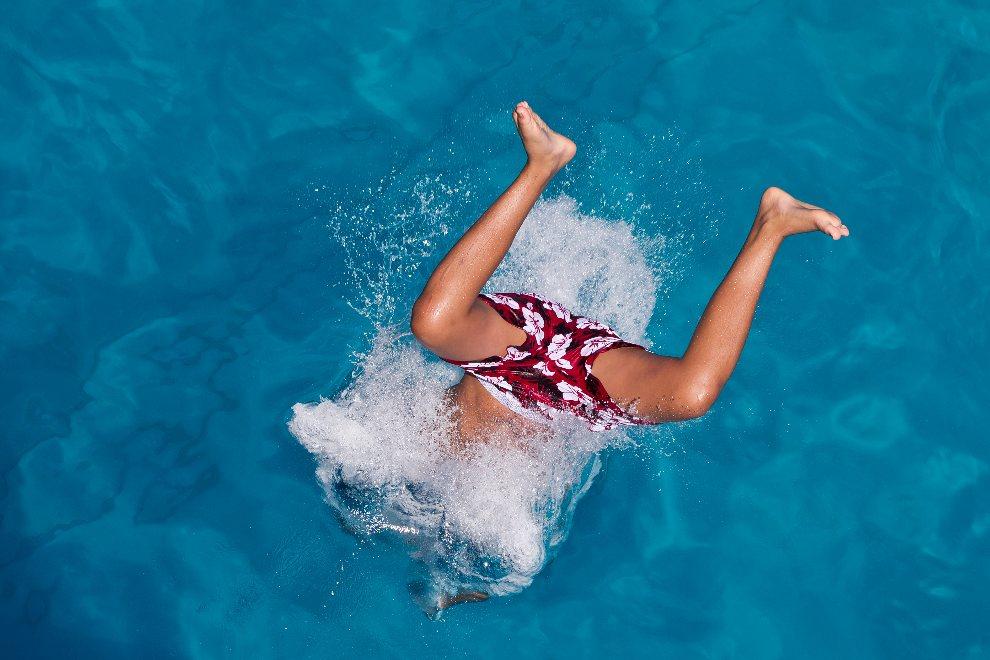 4.NIEMCY, Nürnberg, 1 sierpnia 2012: Chłopak skaczący do wody na basenie miejskim. AFP PHOTO / DANIEL KARMANN