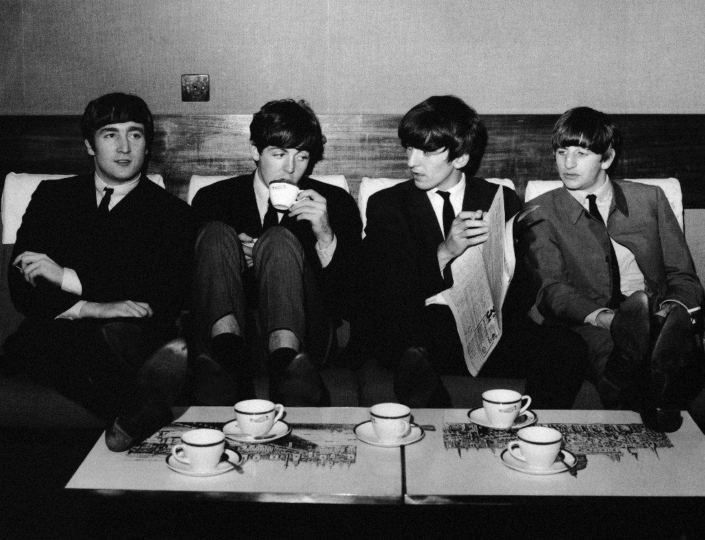 4.WIELKA BRYTANIA, Londyn, 4 listopada 1963: The Beatles odpoczywają podczas próby w Prince of Wales Theatre. (Foto: Fox Photos/Getty Images)