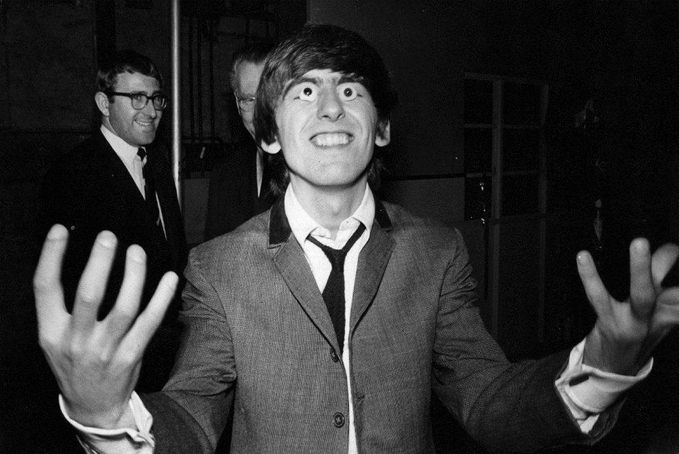 """5.WIELKA BRYTANIA, Londyn, brak daty: George Harrison """"przymierza"""" gałki oczne wykonane na potrzeby Muzeum Figur Woskowych Madame Tussaud. (Foto: Keystone/Getty   Images)"""