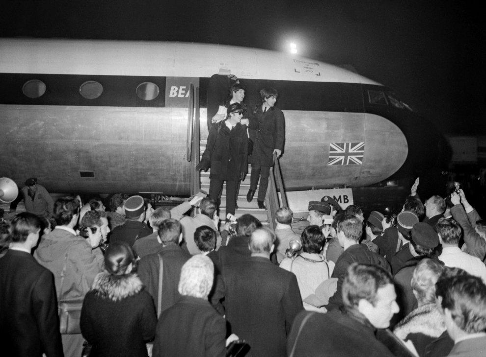 6.FRANCJA, Paryż, 15 stycznia 1964: The Beatles witani na lotnisku Bourget. (Foto: Getty Images)