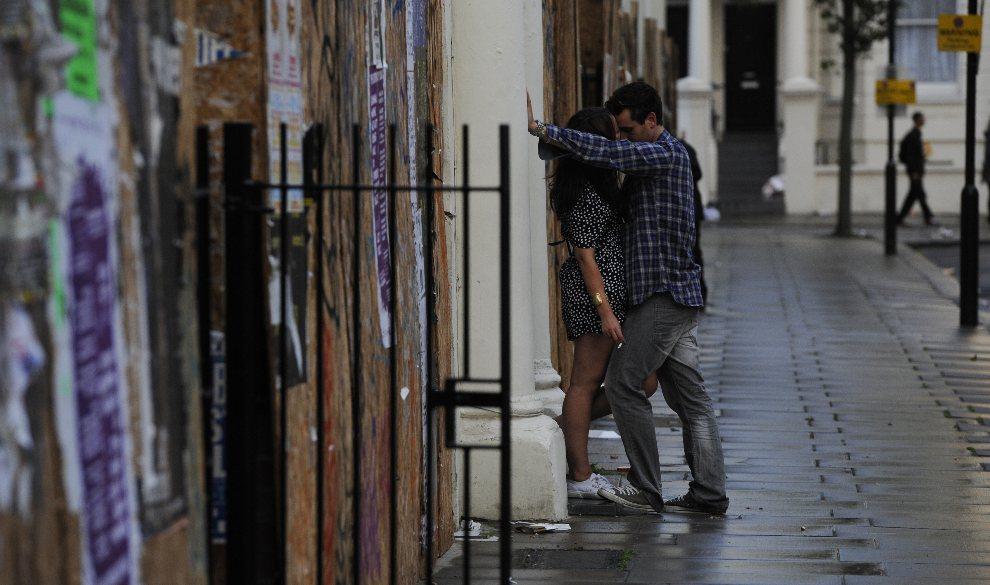 6.WIELKA BRYTANIA, Londyn, 28 sierpnia 2011: Całująca się para uczestników karnawału. AFP PHOTO / FACUNDO ARRIZABALAGA