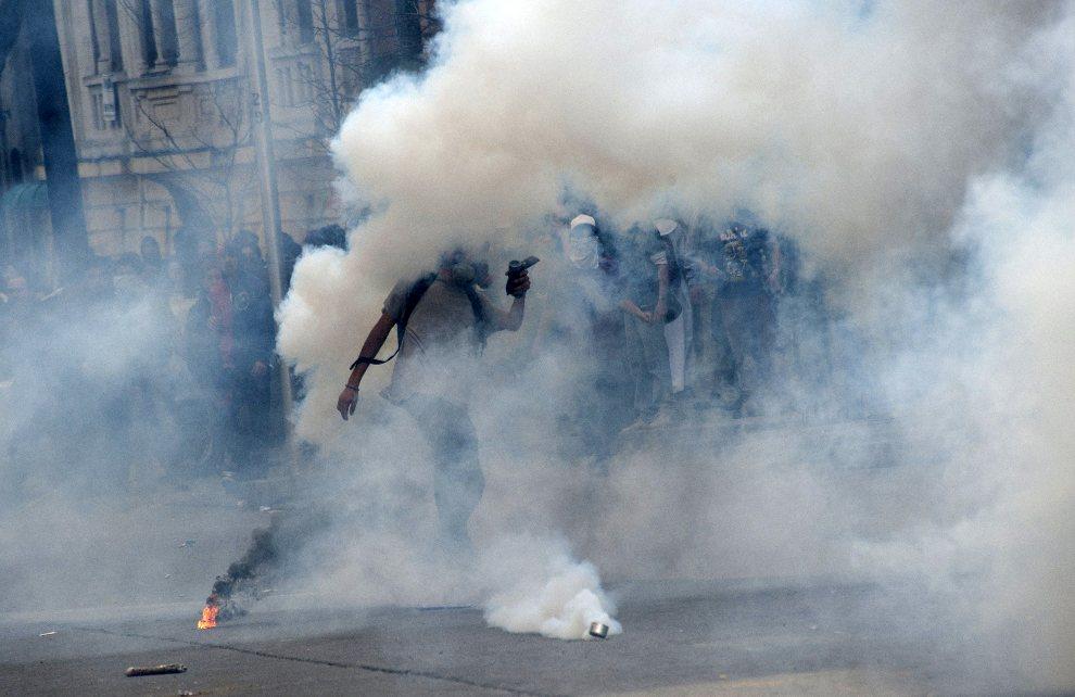 6.CHILE, Santiago, 28 sierpnia 2012: Starcia policji i studentów, którzy domagają się zmian w szkolnictiwe państwowym. AFP PHOTO/Claudio SANTANA