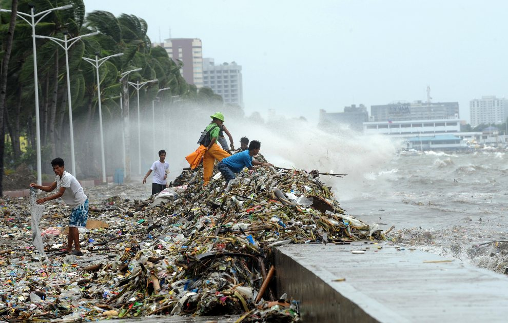 7.FILIPINY, Manila, 1 sierpnia 2012: Ludzie zbierający śmieci wyrzucone na brzeg. AFP PHOTO/TED ALJIBE