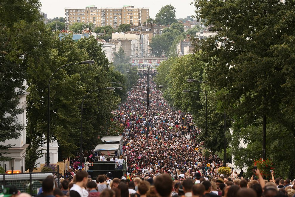 8.WIELKA BRYTANIA, Londyn, 26 sierpnia 2012: Ulica zapełniona po brzegi przez uczestników zabawy. (Foto: Oli Scarff/Getty Images)