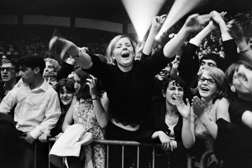 9.FRANCJA, Paryż, 20 czerwca 1965: Fani czekający na występ The Beatles. (Foto: Getty Images)