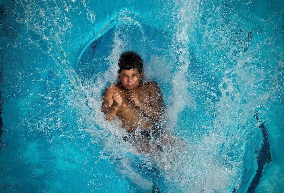 9.NIEMCY, Bad Urach, 11 sierpnia 2012: Chłopak skacze do wody w  Bad Urach. AFP PHOTO / JAN-PHILLIP STROBEL