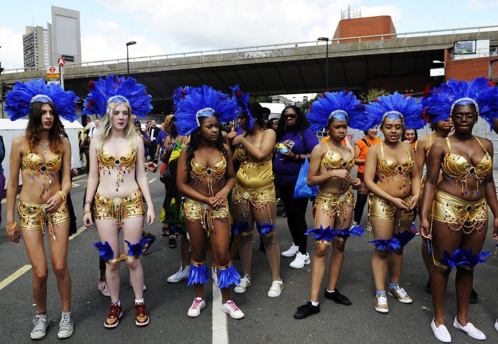 9.WIELKA BRYTANIA, Londyn, 26 sierpnia 2012: Uczestniczki przygotowują się do występu na paradzie. EPA/FACUNDO ARRIZABALAGA