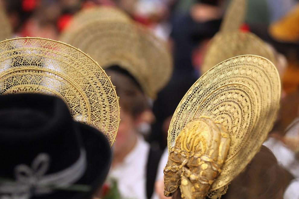 10.NIEMCY, Monachium, 23 września 2012: Uczestniczki zabawy w tradycyjnych ozdobach na głowach. ( Foto: Johannes Simon/Getty Images)