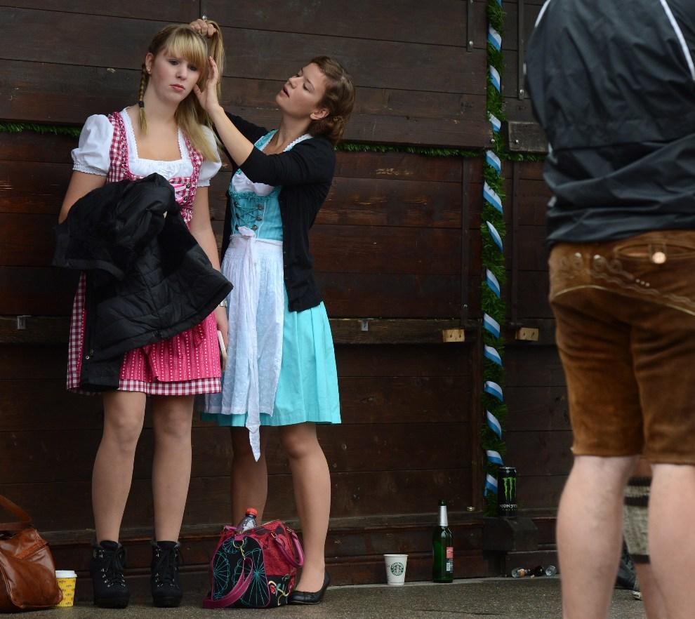 11.NIEMCY, Monachium, 22 września 2012: Dziewczyny poprawiają włosy przed rozpoczęciem zabawy. AFP PHOTO / CHRISTOF STACHE
