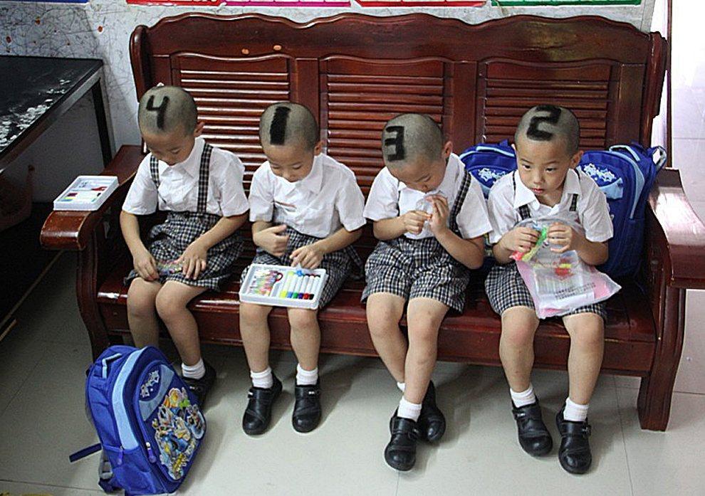 11.CHINY, Shenzhen, 3 września 2012: Czworaczki przed rozpoczęciem pierwszego dnia nauki w szkole.  AFP PHOTO