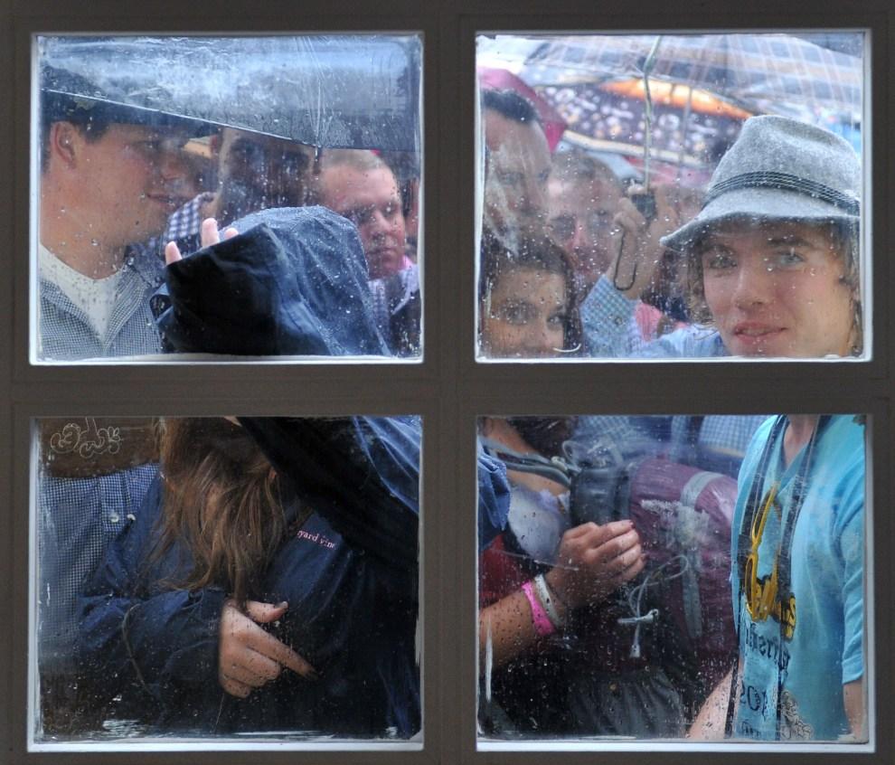 12.NIEMCY, Monachium, 22 września 2012: Uczestnicy zabawy stoją w kolejce obok wejścia do namiotu. AFP PHOTO / MARC MUELLER