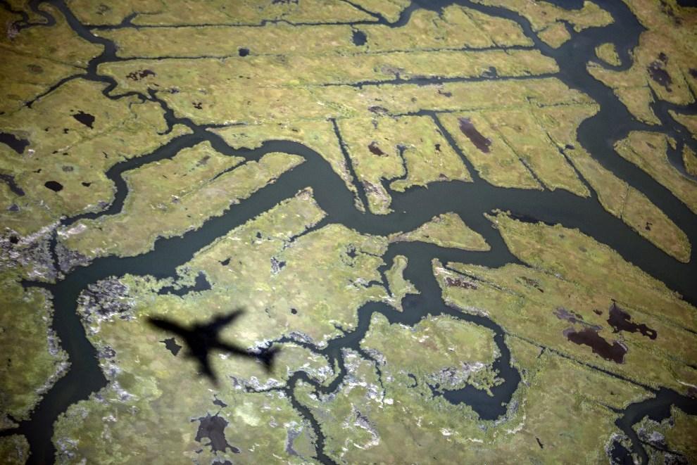 12.USA, Nowy Jork, 24 września 2012: Cień przelatującego  Air Force One z prezydentem USA na pokładzie. AFP PHOTO/Brendan SMIALOWSKI