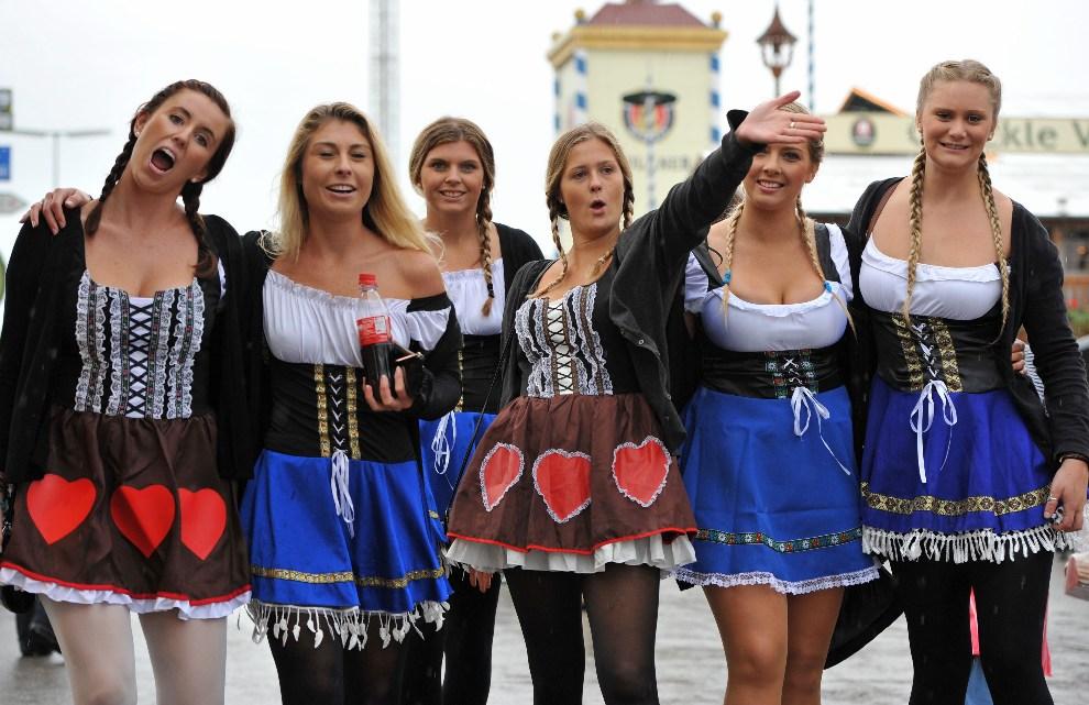 13.NIEMCY, Monachium, 22 września 2012: Turystki z USA pozują do zdjęcia podczas otwarcia Oktoberfest. EPA/ANDREAS GEBERT Dostawca: PAP/EPA.