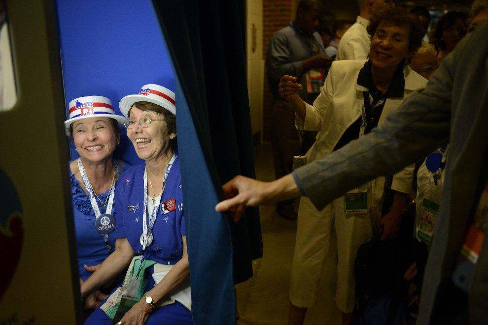 15.USA, Charlotte, 5 września 2012: Priscilla Marquez i Evie Walls pozują do zdjęć w budce fotograficznej. AFP PHOTO Brendan SMIALOWSKI