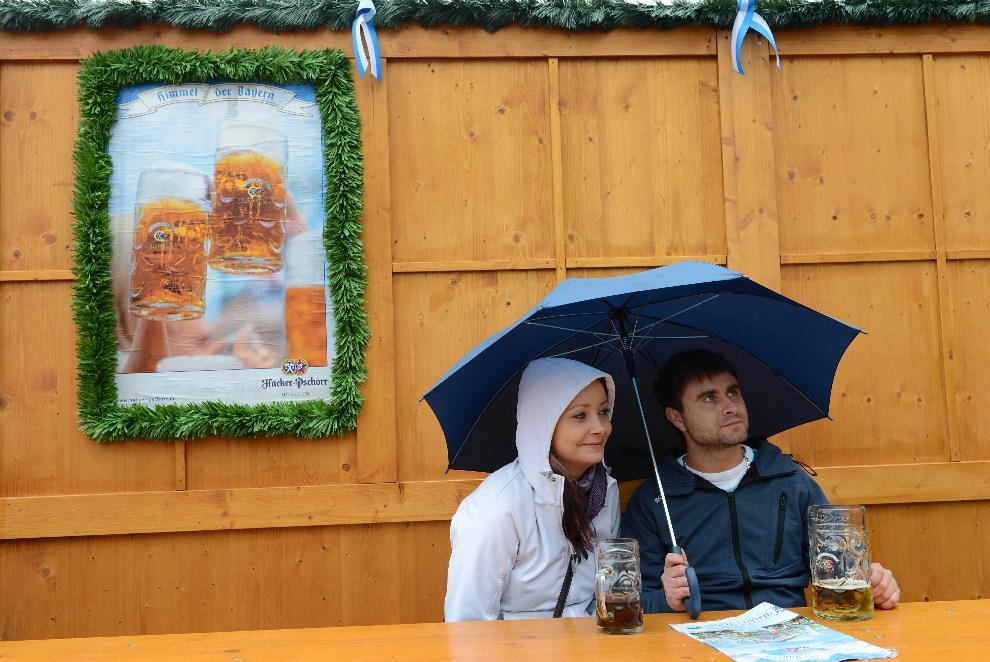 15.NIEMCY, Monachium, 22 września 2012: Turyści w ogródku piwnym. AFP PHOTO / CHRISTOF STACHE