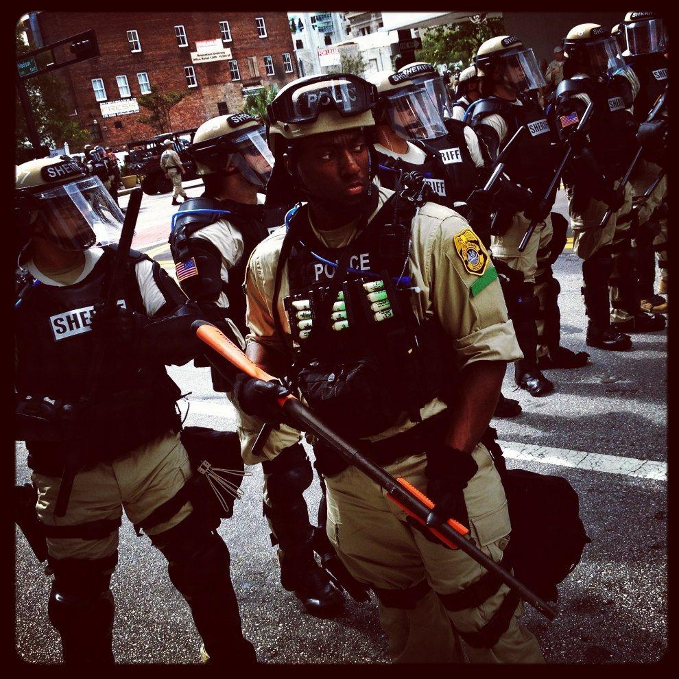 15.USA, Tampa, 28 sierpnia 2012: Funkcjonariusze blokują ulicę przed protestującymi. (Foto: Tom Pennington/Getty Images)