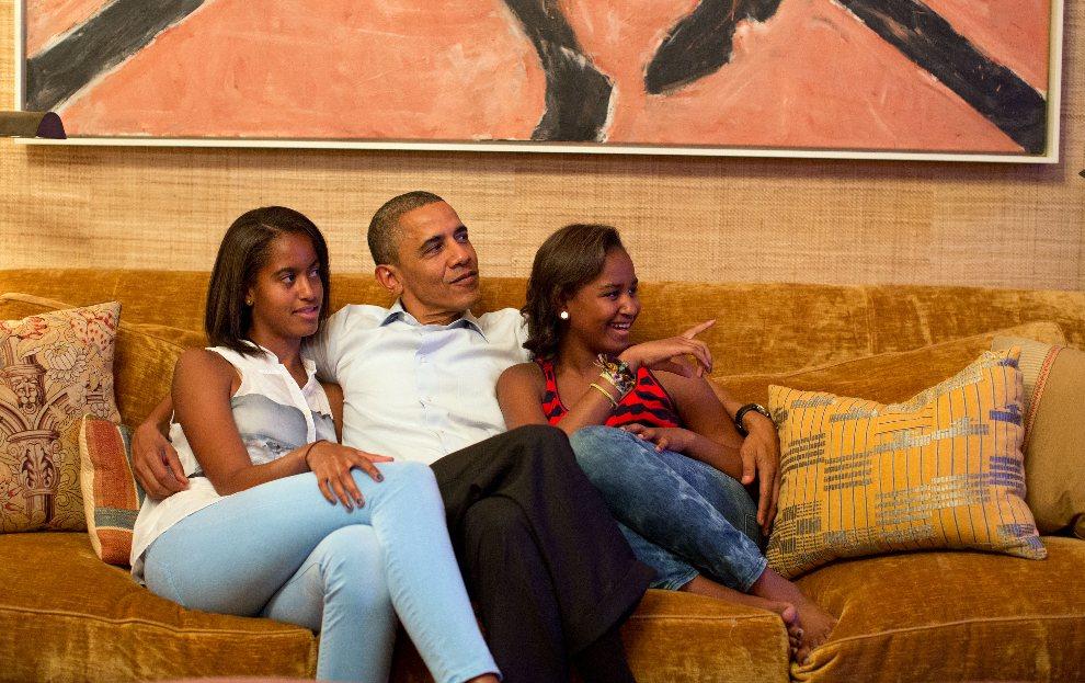 16.USA, Waszyngton, 4 września 2012: Barack Obama z córkami oglądają telwizję w Białym Domu. AFP PHOTO / Official White House Photograph / Pete Souza
