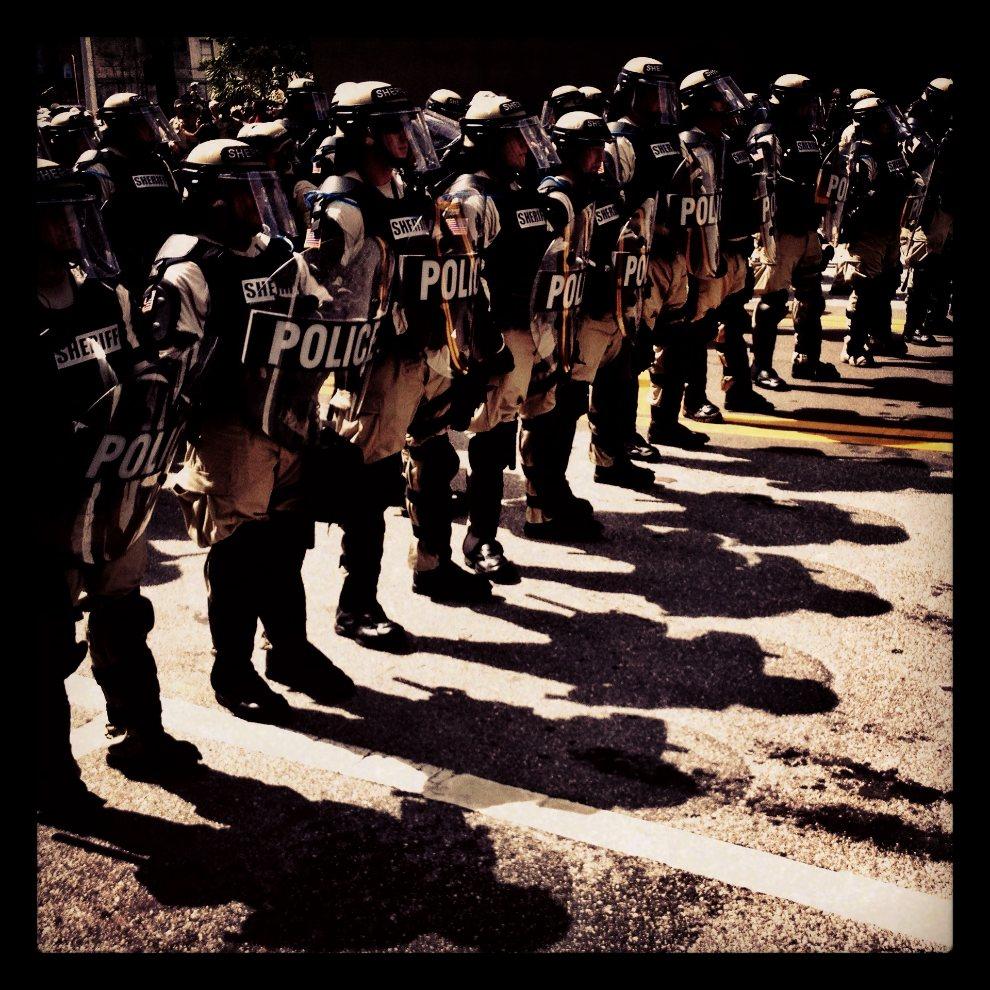 16.USA, Tampa, 28 sierpnia 2012: Szpaler policyjny na ulicy w centrum Tampy. (Foto: Tom Pennington/Getty Images)