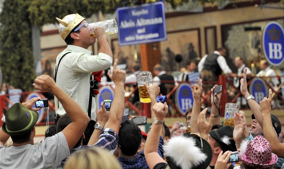16.NIEMCY, Monachium, 22 września 2012: Mężczyzna stara się wypić duszkiem kufel piwa. EPA/FRANK LEONHARDT Dostawca: PAP/EPA.