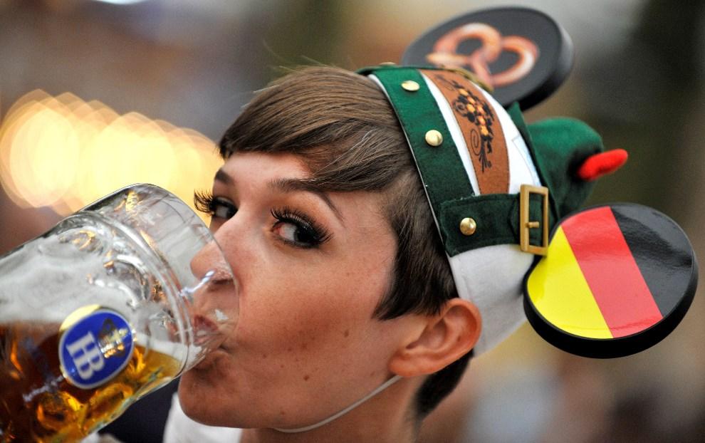 17.NIEMCY, Monachium, 22 września 2012: Kobieta z kuflem piwa podczas zabawy na Theresienwiese. AFP PHOTO / FRANK LEONHARDT