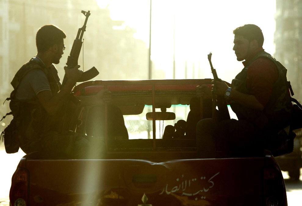17.SYRIA, Aleppo ,25 września 2012: Patrol rebeliantów na ulicy w Aleppo. AFP PHOTO/MIGUEL MEDINA