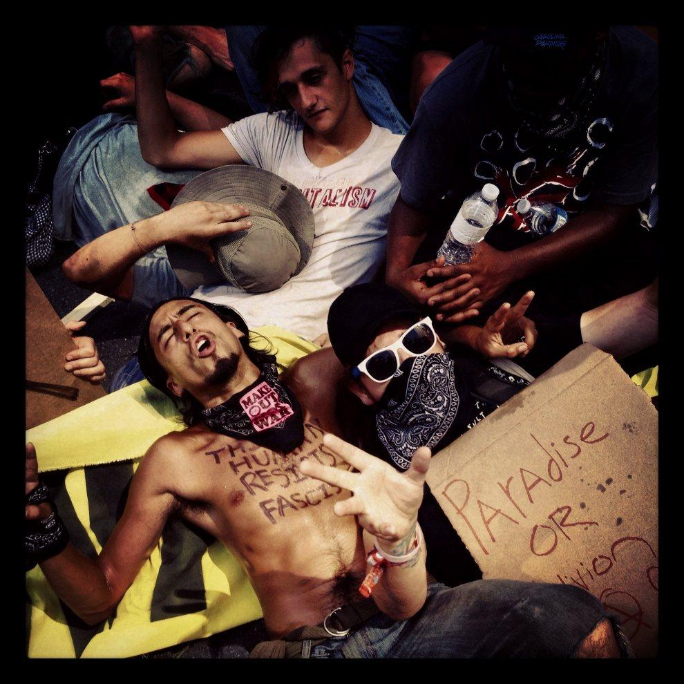 18.USA, Charlotte, 2 września 2012: Ludzie protestujący przed budynkiem Bank of America przed rozpoczęciem konwencji Partii Demokratycznej. (Foto: Tom   Pennington/Getty Images)