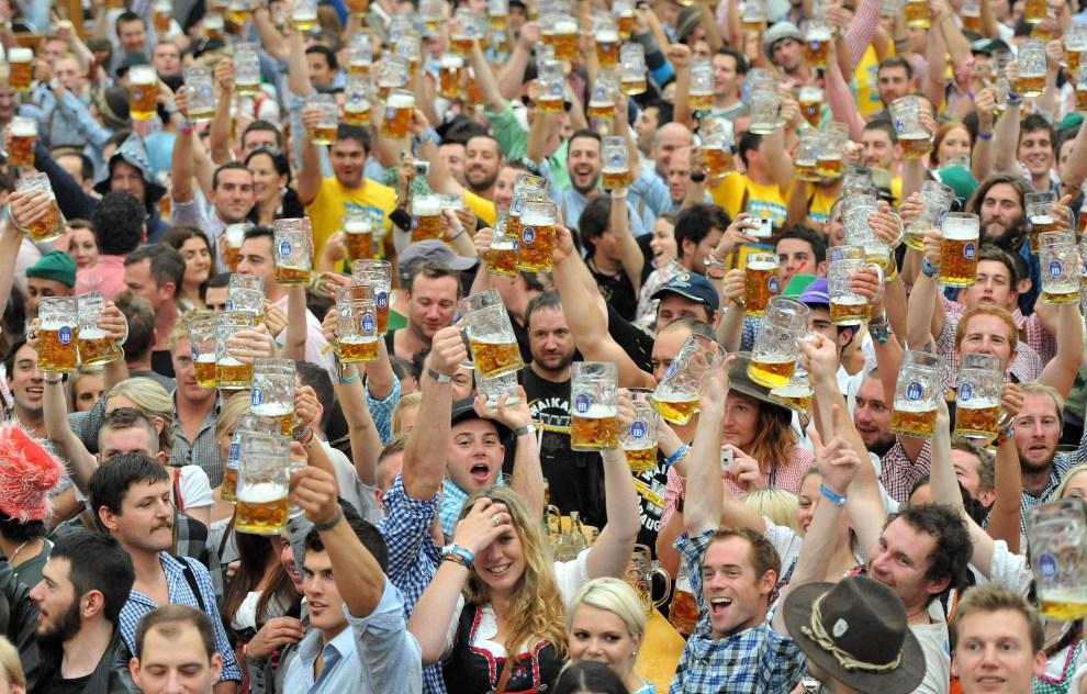 19.NIEMCY, Monachium, 22 września 2012: Goście Oktoberfest wznoszą toast. AFP PHOTO / ANDREAS GEBERT