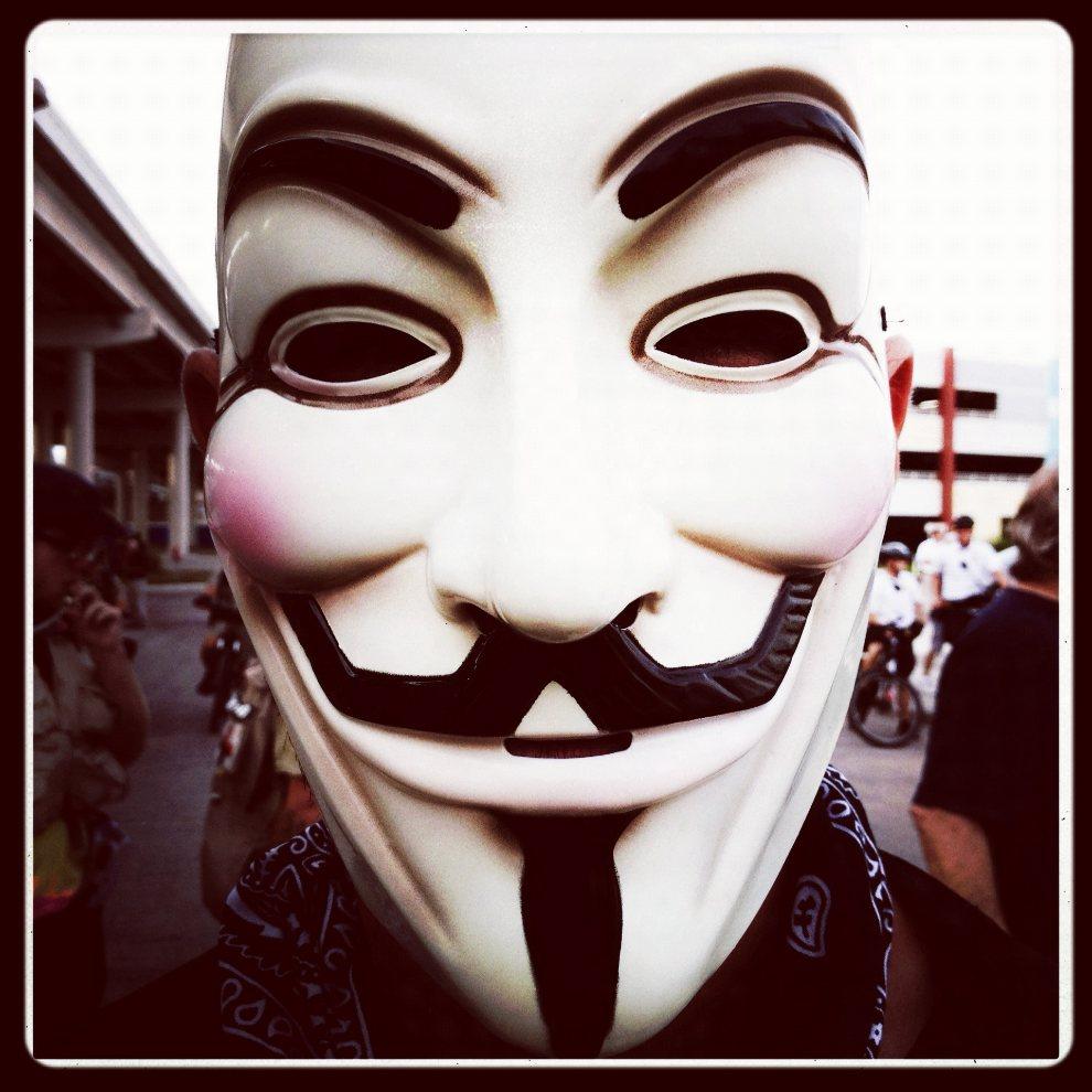 19.USA, Tampa, 29 sierpnia 2012: Mężczyzna w masce z podobizną Guy'a Fawkes'a. (Foto: Tom Pennington/Getty Images)