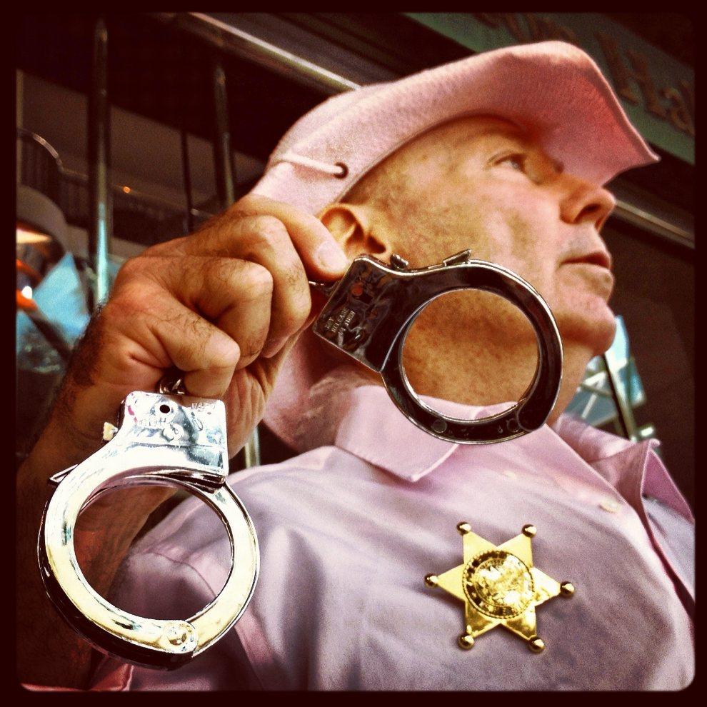 """1.USA, Tampa, 28 sierpnia 2012: Mężczyzna z organizacji """"Code Pink"""" protestujący przed Stratz Center. (Foto: Tom Pennington/Getty Images)"""
