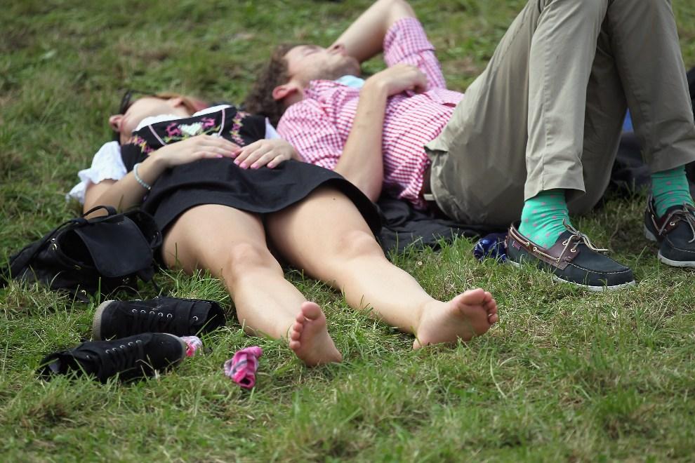 20.NIEMCY, Monachium, 23 września 2012: Uczestnicy zabawy odpoczywają na trawniku. ( Foto: Johannes Simon/Getty Images)