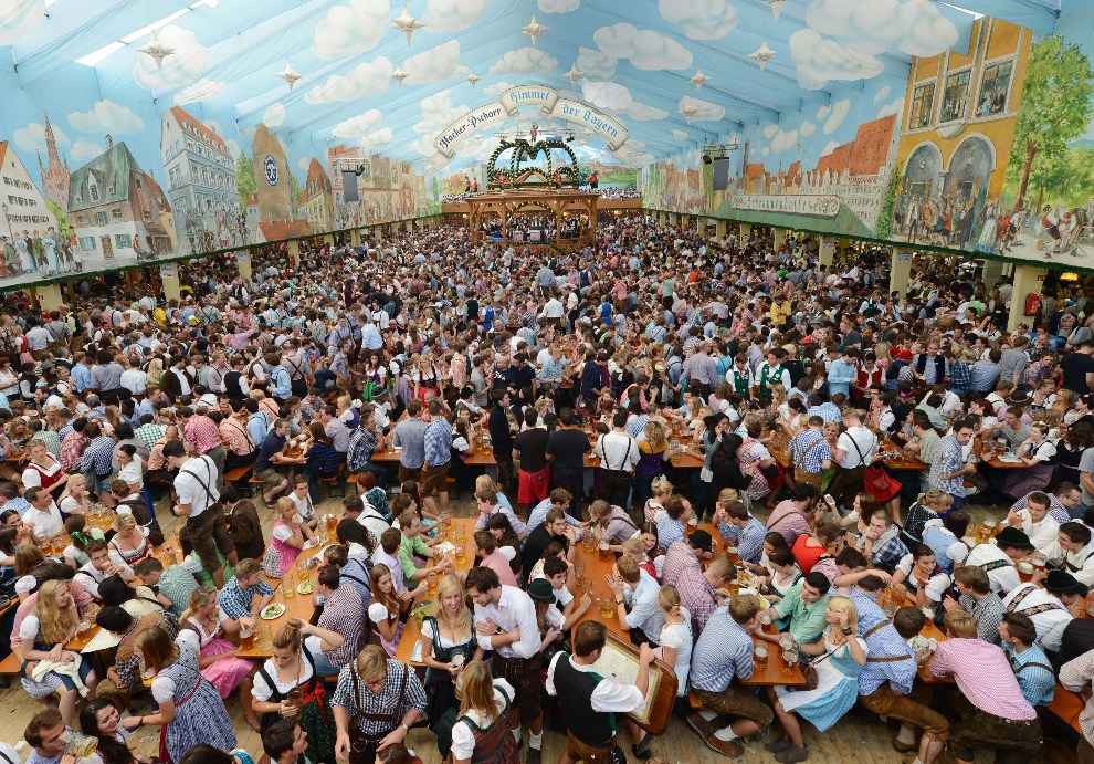21.NIEMCY, Monachium, 22 września 2012: Wnętrze największego namiotu przy Theresienwiese. AFP PHOTO / CHRISTOF STACHE
