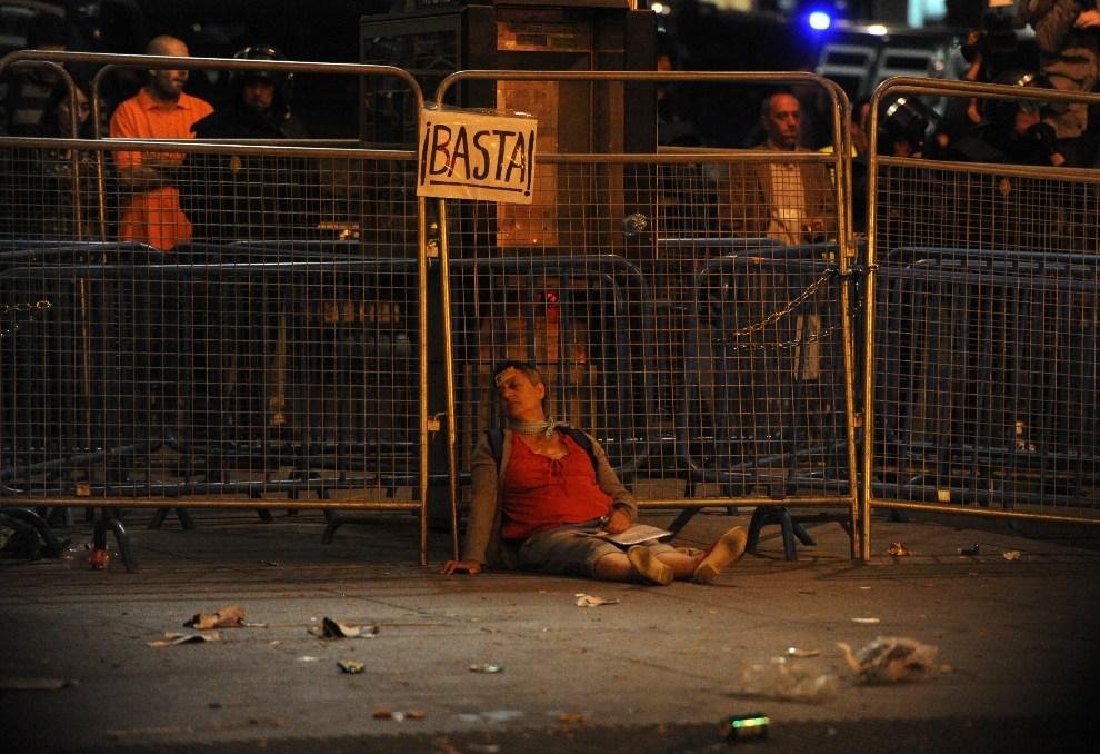 22.HISZPANIA, Madryt, 25 września 2012: Kobieta ranna w trakcie strać z policją w centrum Madrytu. AFP PHOTO / DOMINIQUE FAGET