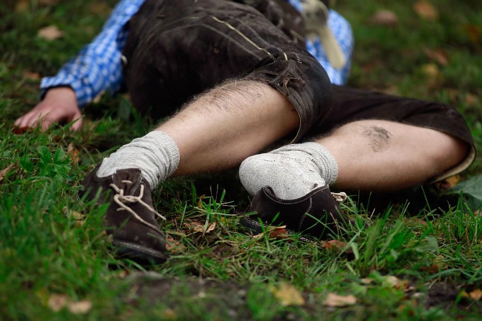22.NIEMCY, Monachium, 22 września 2012: Uczestnik zabawy odpoczywa na trawniku. ( Foto: Johannes Simon/Getty Images)
