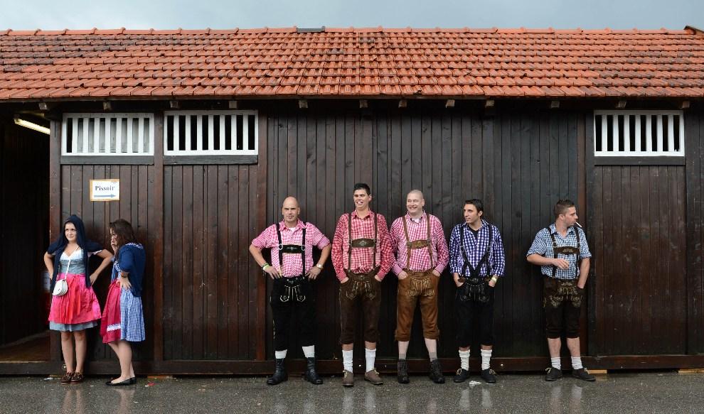 23.NIEMCY, Monachium, 23 września 2012: Goście festiwalu w tradycyjnych strojach. AFP PHOTO / CHRISTOF STACHE