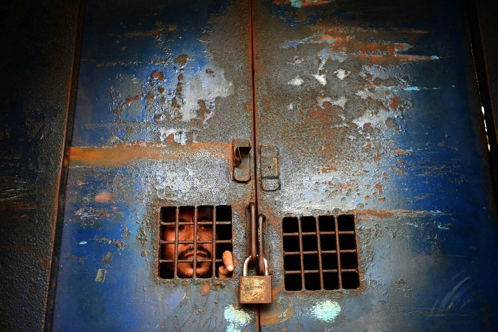 23.BANGLADESZ, Dhaka, 22 września 2012: Mężczyzna aresztowany w czasie zamieszek wywołanych antyislamskiem filmem o proroku Mahomecie. AFP PHOTO/Munir uz ZAMAN