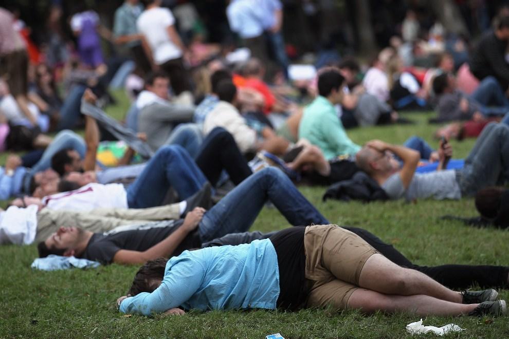 24.NIEMCY, Monachium, 23 września 2012: Uczestnicy zabawy odpoczywają na trawniku. ( Foto: Johannes Simon/Getty Images)