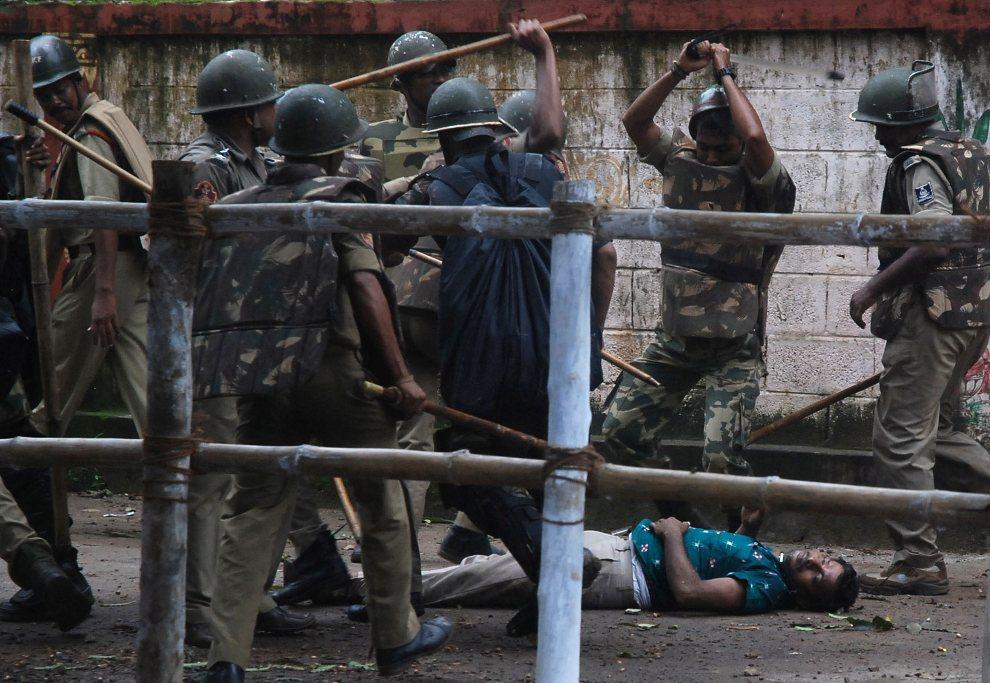 26.INDIE, Bhubaneswar, 6 września 2012: Mężczyzna bity przez policjantów w trakcie protestów zorganizowanych przeciw lokalnym władzom. AFP PHOTO/STR