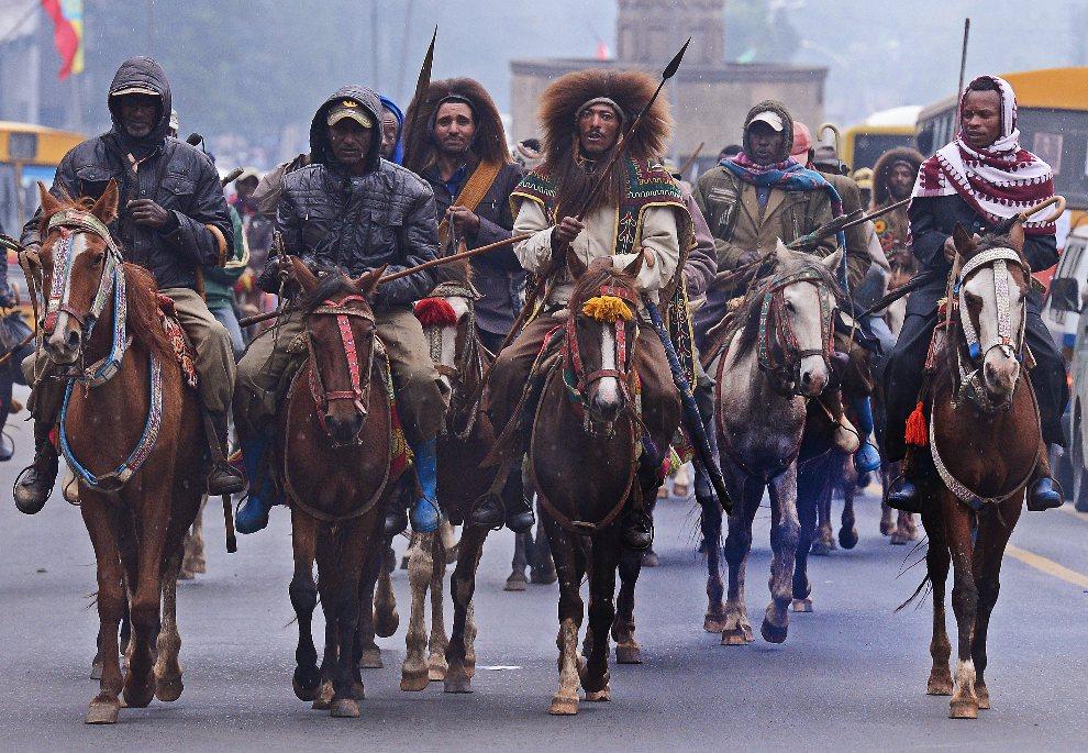 27.ETIOPIA, Addis Abeba, 20 sierpnia 2012: Mężczyźni zmierzają w kierunku pałacu premiera, aby złożyć wyrazy szacunku. AFP PHOTO/ CARL DE SOUZA