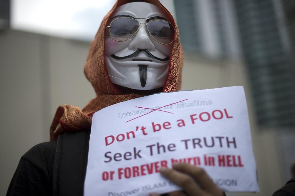 28.MALEZJA, Kuala Lumpur, 21 września 2012: Osoba protestująca przed ambasadą USA po emisji antyislamskiego filmu o proroku Mahomecie. AFP PHOTO / Saeed KHAN