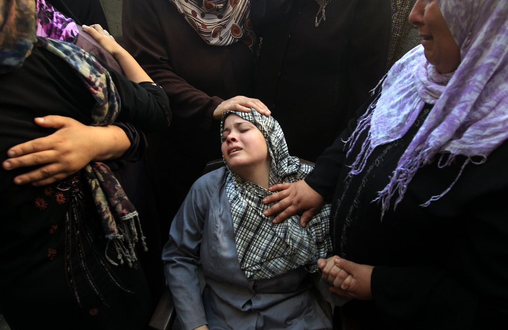 28.AUTONOMIA PALESTYŃSKA, Bajt Hanun, 6 września 2012: Bliscy Ihaba i Akrama al-Zaanin, braci zabitych podczas izraelskiego ostrzału. AFP PHOTO /MAHMUD HAMS