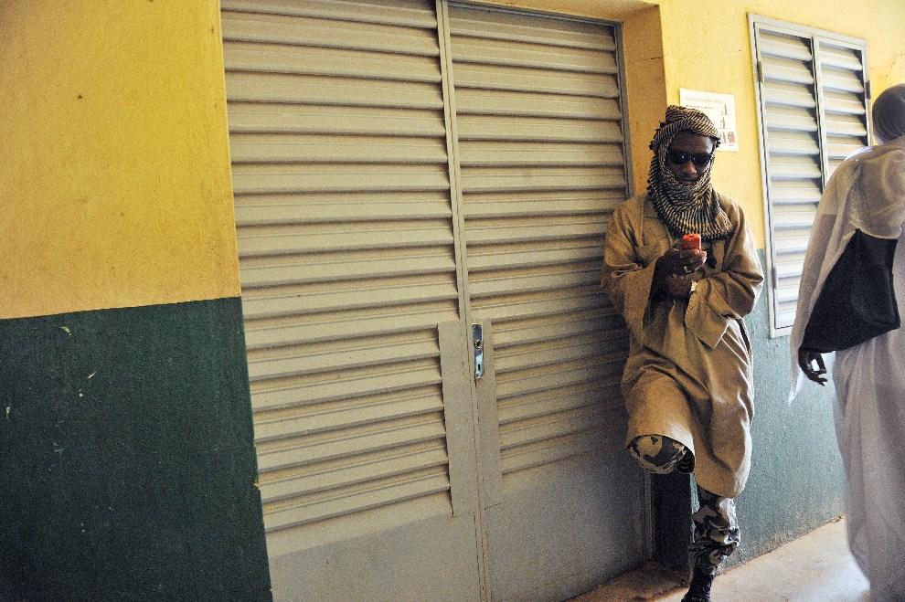 2.MALI, Gao, 21 września 2012: Żołnierz MUJAO (Movement for Unity and Jihad in West Africa) pilnuje wejścia do pokoju, gdzie pięciu mężczyzn dochodzi do zdrowia   po tym, jak zgodnie z wprowadzonym prawem, odcięto im ręce i stopy. AFP PHOTO / ISSOUF SANOGO