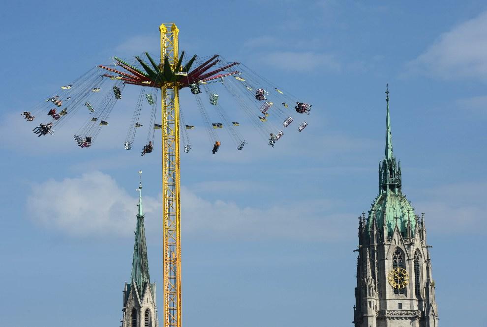 31.NIEMCY, Monachium, 23 września 2012: Karuzela ustawiona przy placu Theresienwiese. AFP PHOTO / CHRISTOF STACHE