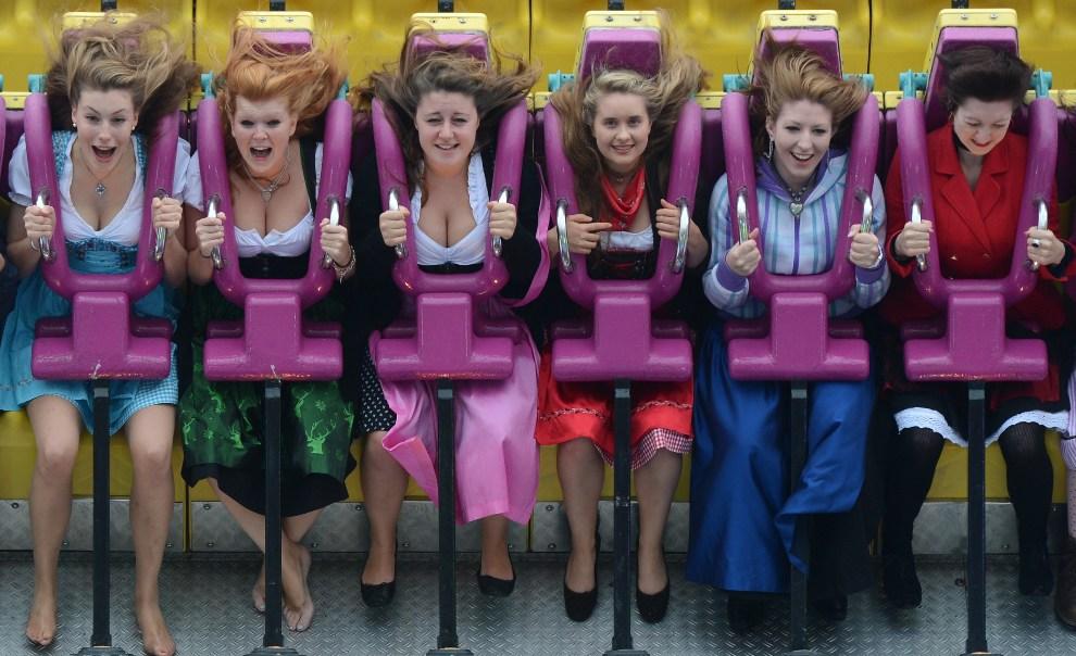 32.NIEMCY, Monachium, 22 września 2012: Dziewczyny w tradycyjnych strojach podczas zabawy w wesołym miasteczku. AFP PHOTO / CHRISTOF STACHE