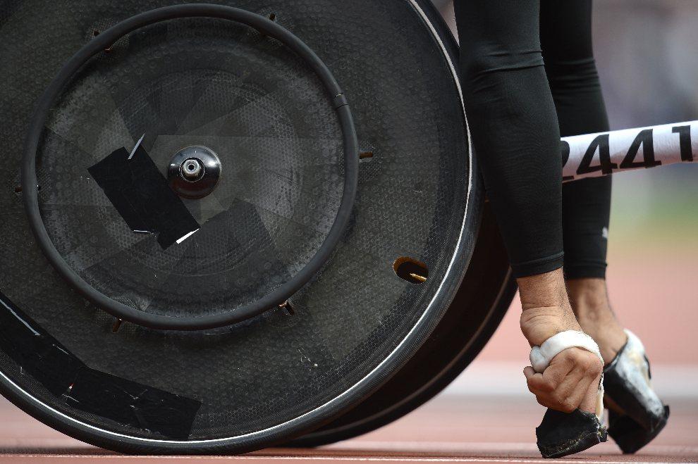 3.WIELKA BRYTANIA, Londyn, 2 września 2012: Japończyk Jun Hiromichi staje na linii startowej do wyścigu na 400 m na wózkach. AFP PHOTO / ADRIAN DENNIS