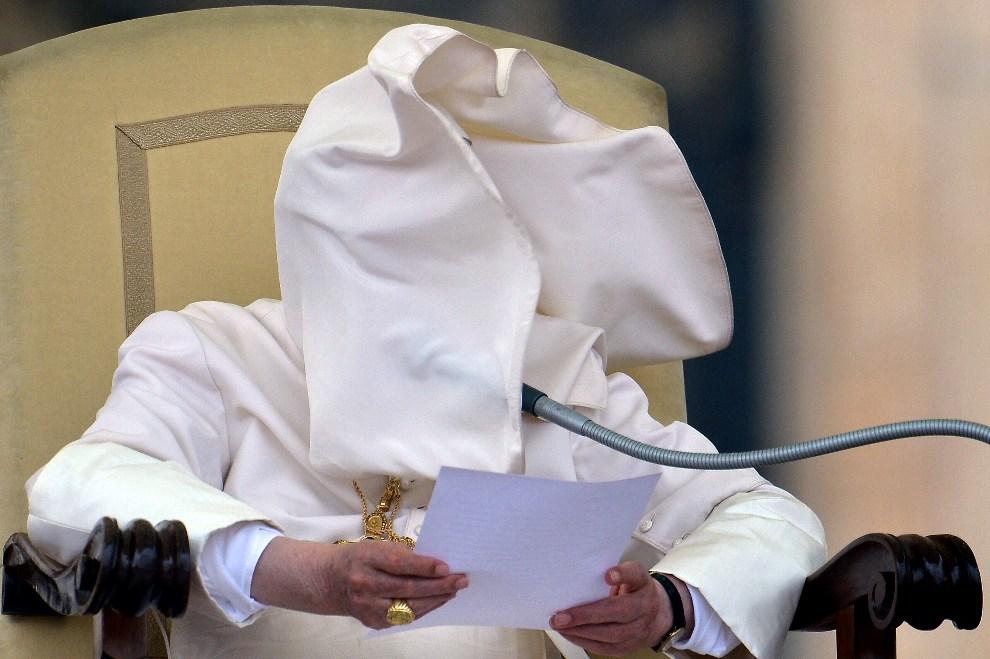3.WATYKAN, 26 września 2012: Benedykt XVI w trakcie cotygodniowej audiencji. AFP PHOTO / VINCENZO PINTO
