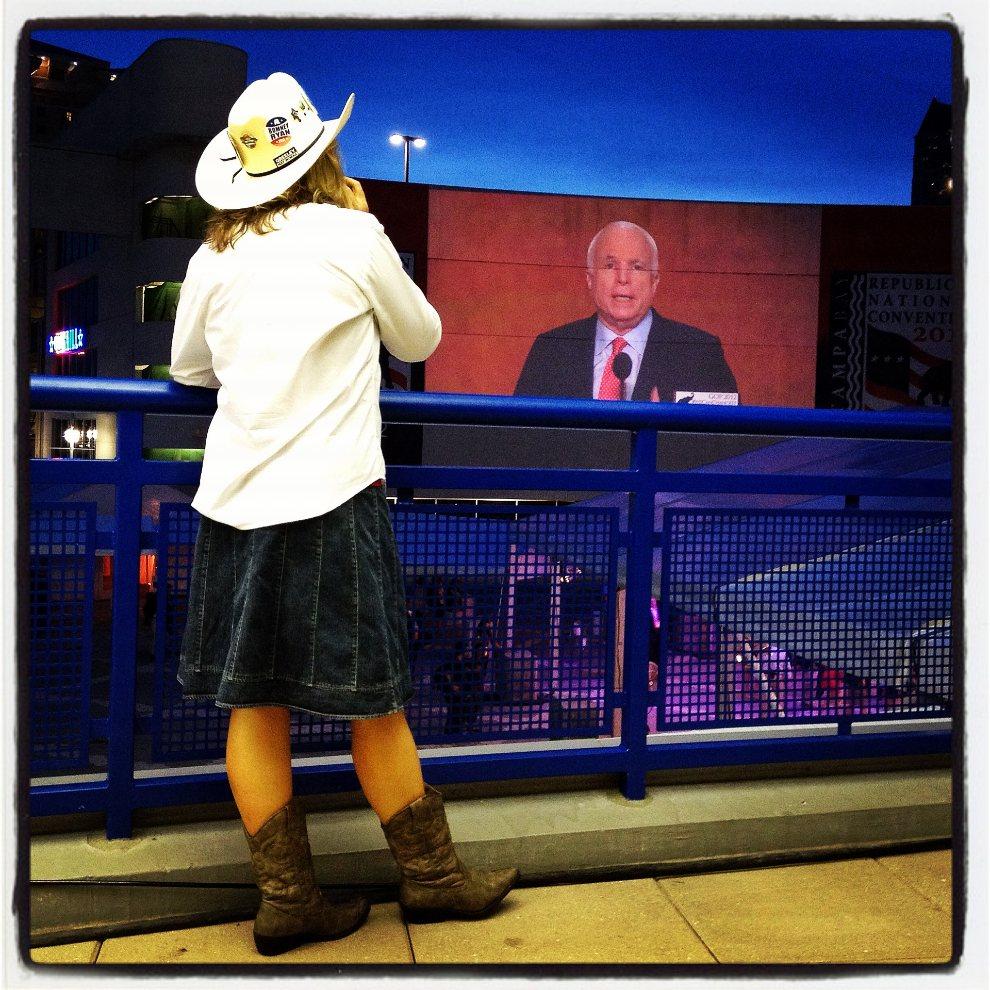 3.USA, Tampa, 29 sierpnia 2012: Kobieta przygląda się wystopięniu Johna McCain'a na konwencie Partii Republikańskiej. (Foto: Justin Sullivan/Getty Images)